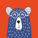 与玻璃的逗人喜爱的行家熊 T恤杉设计的,问候,卡片例证 在红色的人工绘的紫色熊 皇族释放例证