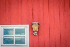 与玻璃窗和照明设备灯的经典设计墙壁装饰在被绘的红色木墙壁上 葡萄酒在红色wa的金属灯笼 库存图片