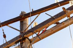 与玻璃绝缘体的老木电源杆 免版税库存图片