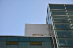 与玻璃透明墙壁的现代办公楼反对蓝天 免版税库存图片