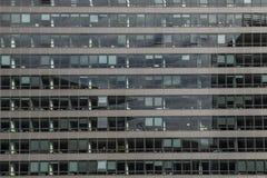 与玻璃门面的大行政大厦在布鲁塞尔,比利时26 06 2016年 被采取的2009美国自动敞篷车底特律社论国际捷豹汽车密执安模型北部显示使用xk 库存图片