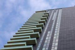 与玻璃阳台的现代大厦 免版税库存图片
