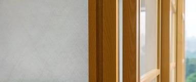 与玻璃,背景的布朗木表面 家庭内部装饰 免版税库存图片