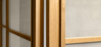 与玻璃,背景的布朗木表面 家庭内部装饰 免版税库存照片