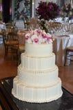 与珍珠和桃红色花,晚餐会的白色Glacé婚宴喜饼 图库摄影