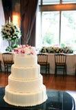 与珍珠和桃红色花,晚餐会的结霜的婚宴喜饼 免版税库存图片