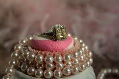 与珍珠的桃红色杯形蛋糕 库存图片