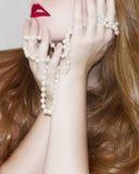 与珍珠的红头发人 库存照片