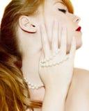 与珍珠的红头发人 库存图片