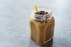 与珍珠粉珍珠的自创牛奶泡影茶在金属螺盖玻璃瓶 库存图片