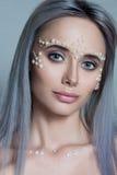 与珍珠首饰的美丽的少妇画象和组成 图库摄影