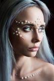 与珍珠首饰的美丽的少妇画象和组成 免版税图库摄影