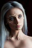 与珍珠首饰的美丽的少妇画象和组成 库存图片