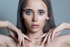 与珍珠首饰的美丽的少妇画象和组成 库存照片