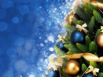 与球、丝带和诗歌选的奇迹般地装饰的圣诞树在被弄脏的蓝色发光的背景 免版税库存图片