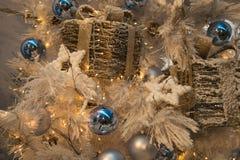与球、礼物和星的光亮的圣诞节背景 免版税库存图片