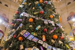 与球、糖果和老明信片的圣诞树 库存照片