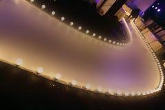 与球发光的照明设备的空的跑道时装表演沿步行方式 库存照片
