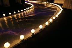 与球发光的照明设备的空的跑道时装表演沿步行方式 库存图片