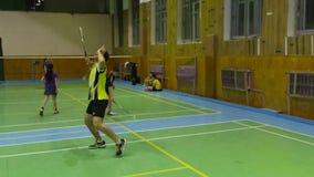 与球员竞争的羽毛球场 股票录像