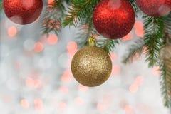 与球和云杉的枝杈的圣诞卡 免版税库存图片