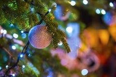 与球和其他属性,室外圣诞装饰的绿色圣诞树 免版税图库摄影