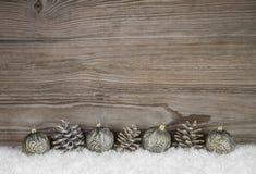 与球和别针玉米的老古色古香的木圣诞节背景 免版税库存图片