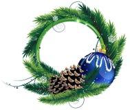 与球和杉木锥体的圣诞节花圈 免版税库存照片