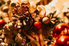 与球和杉木锥体的圣诞装饰 库存图片