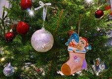 与球和熊动画片的圣诞树装饰 免版税图库摄影