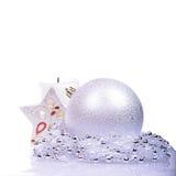 与球和蜡烛的圣诞节背景 免版税库存照片