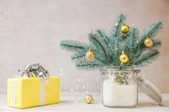 与球和黄色礼物的圣诞树 免版税库存图片