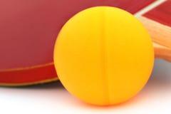 与球拍的乒乓球球 库存图片