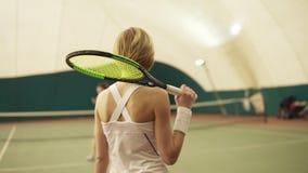 与球拍的有吸引力的athletewalk在准备的网球场使用 股票视频