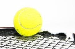 与球拍的网球 免版税库存图片