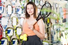 与球拍的年轻sportswomanl 库存图片