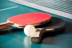 与球的乒乓球球拍 库存图片