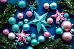 与球的圣诞树装饰和在蓝色背景顶视图样式的星玩具 库存图片