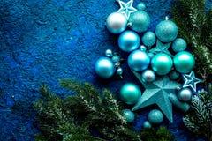 与球的圣诞树装饰和在蓝色背景顶视图空间的星玩具文本的 免版税库存图片