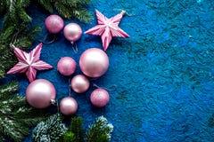 与球的圣诞树装饰和在蓝色背景顶视图空间的星玩具文本的 免版税图库摄影