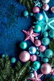 与球的圣诞树装饰和在蓝色背景顶视图空间的星玩具文本的 免版税库存照片