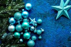 与球的圣诞树装饰和在蓝色背景顶视图空间的星玩具文本的 库存照片