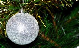 与球的圣诞树 免版税图库摄影