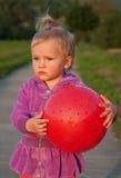 与球的小女孩戏剧 免版税库存照片
