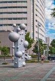 与球的抽象街道雕塑在东京,日本 免版税库存图片