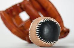 与球的棒球手套 图库摄影
