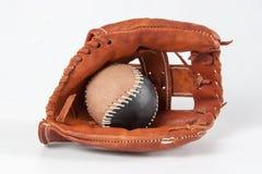 与球的棒球手套 免版税库存照片