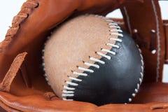 与球的棒球手套 免版税图库摄影