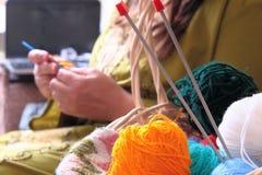与球的篮子毛线和妇女编织 库存照片