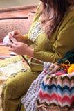 与球的篮子毛线和妇女编织 免版税库存图片